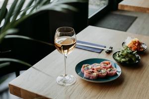 Не сиром єдиним: як обрати закуски до вина