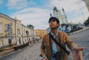 «Батьківщина-мати», борщ і пиво на газоні: Київ у Instagram футбольних фанатів