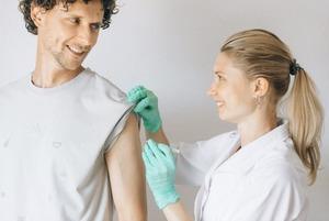 Зараз найгірший час, аби захворіти на грип. Чому варто вакцинуватися вже