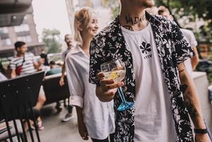 Як готувати коктейлі на основі джину: авторські рецепти від українських барменів