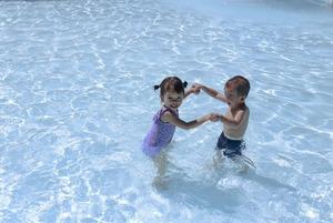 Відпочинок з дитиною біля басейну: правила поведінки та перша допомога