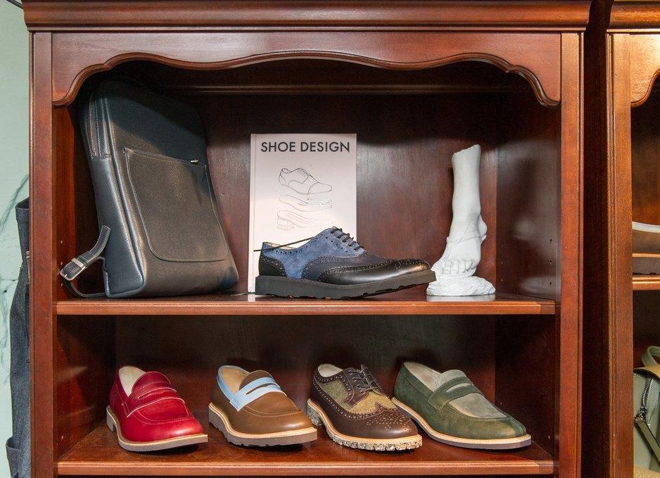 3d01304831c801 Найпопулярніші моделі: 301 Derby та Postman. Взуття здебільшого шиють 1-2  тижні.