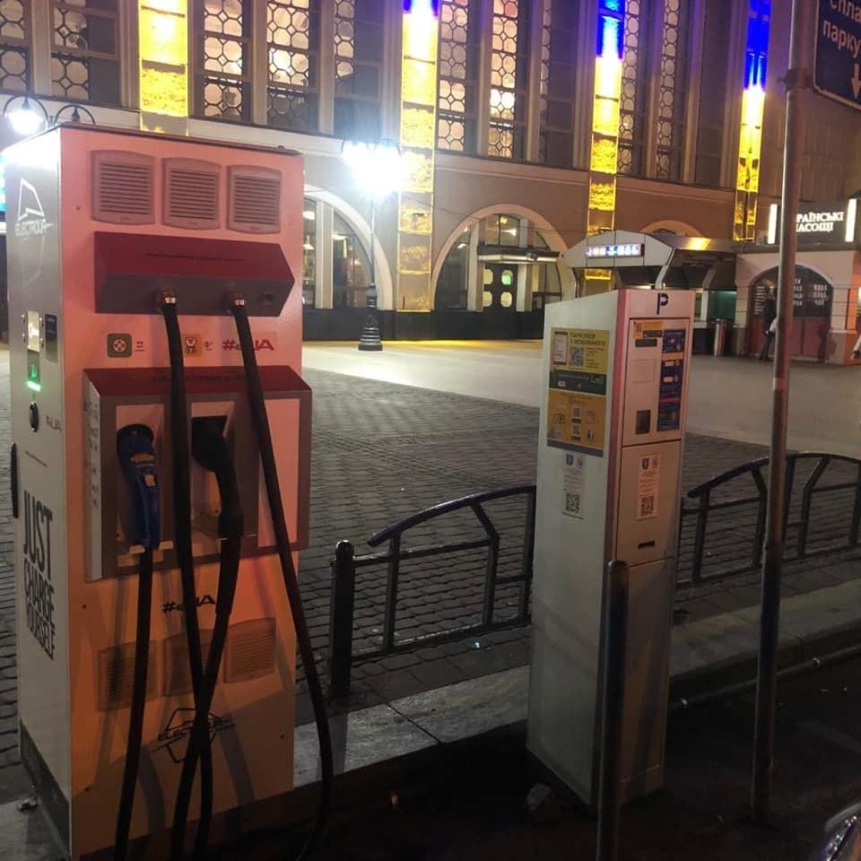 Мінінфраструктури пообіцяло встановити зарядні станції для електромобілів на всіх вокзалах України