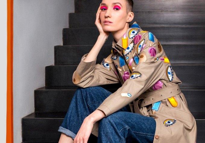 601e8b0dbb15f0 Всі речі бренду відшивають невеликим тиражем. В асортименті марки – пальта,  плащі, сукні, спідниці, брюки-кюлоти, худі та футболки.