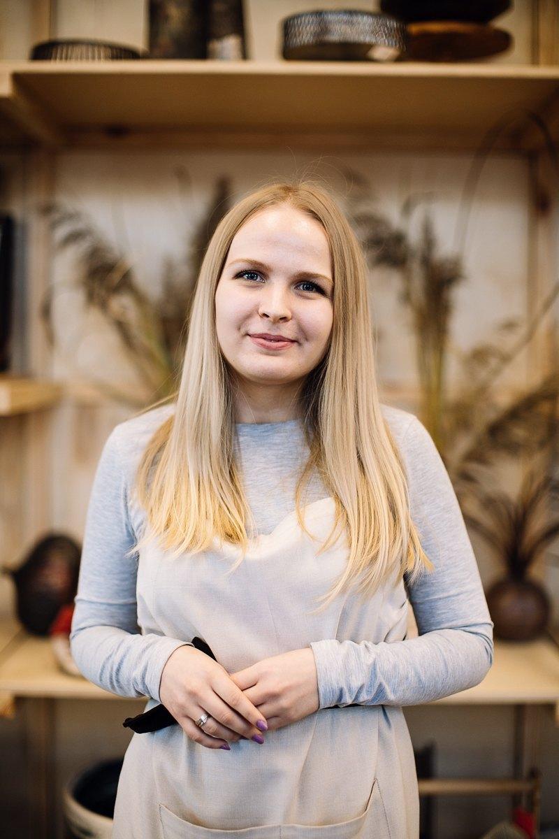 2488017498c133 Як одягаються продавці-консультанти — The Village Україна