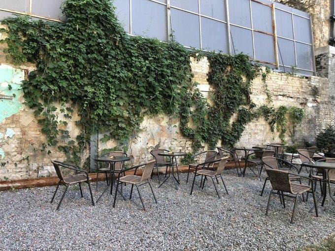 Внутрішній дворик Kachorovska Cafe на Андріївському відкрили після ремонту df31cec69b5ed